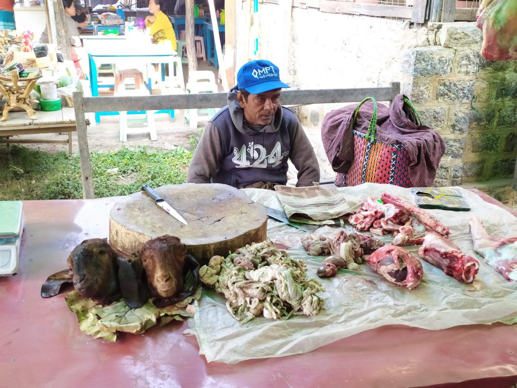 Lago Inle. Hombre vendiendo carne.