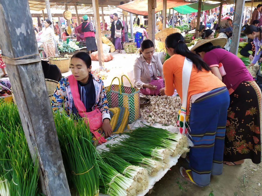 Lago Inle. Mujeres comprando ajos en el mercado.