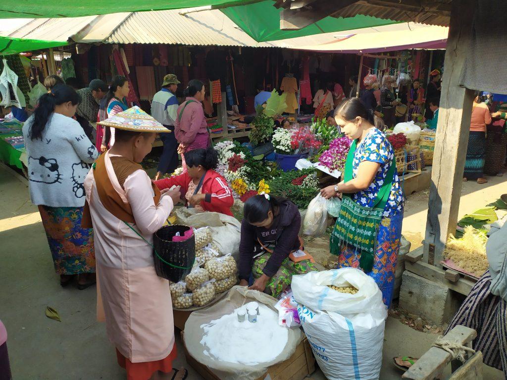 Lago Inle. Mujeres monja comprando en el mercado.