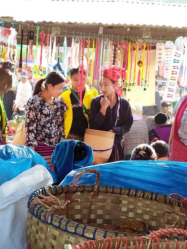 Lago Inle. Mujeres hablando en el Mercado.