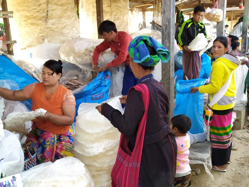 Lago Inle. Abuela e hija comprando en el mercado.