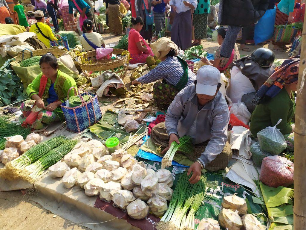 Lago Inle. Preparando frutas y verduras para la venta en el mercado.