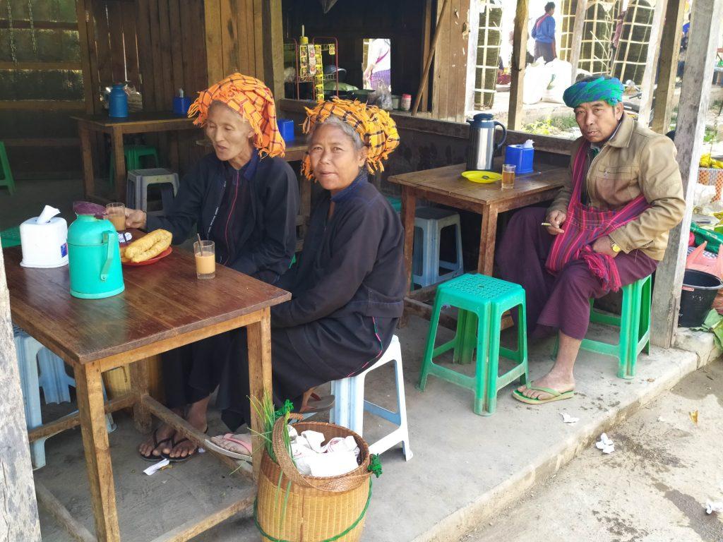 Lago Inle. Personas desayunando en el Mercado.