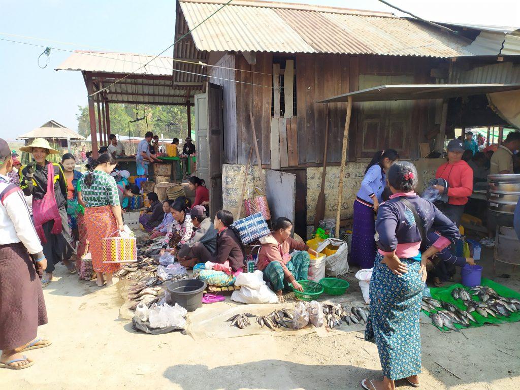 Lago Inle. Mujeres vendiendo pescado en el Mercado.