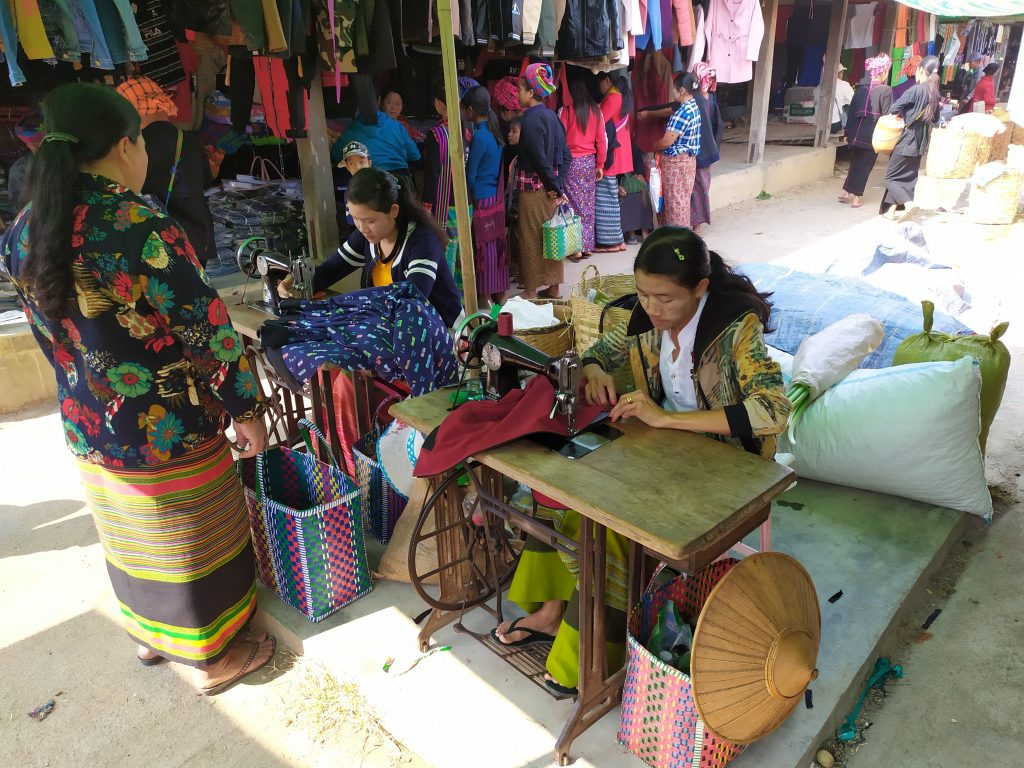 Lago Inle. Mujeres cosiendo en el Mercado.