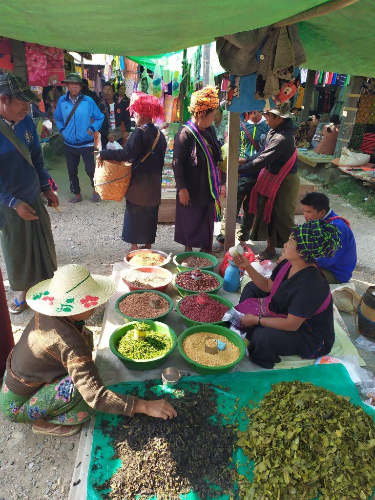 Lago Inle. Personas comprando especias en el Mercado.