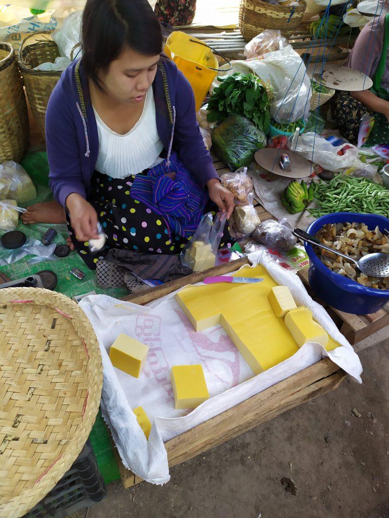 Lago Inle. Mujer vendiendo tofu en el mercado.